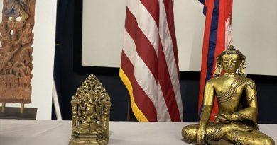 नेपालबाट हराएका तीन मूर्ति अमेरिकाद्वारा कार्यवाहक महावाणिज्यदूत विष्णुप्रसाद गौतमलाई हस्तान्तरण